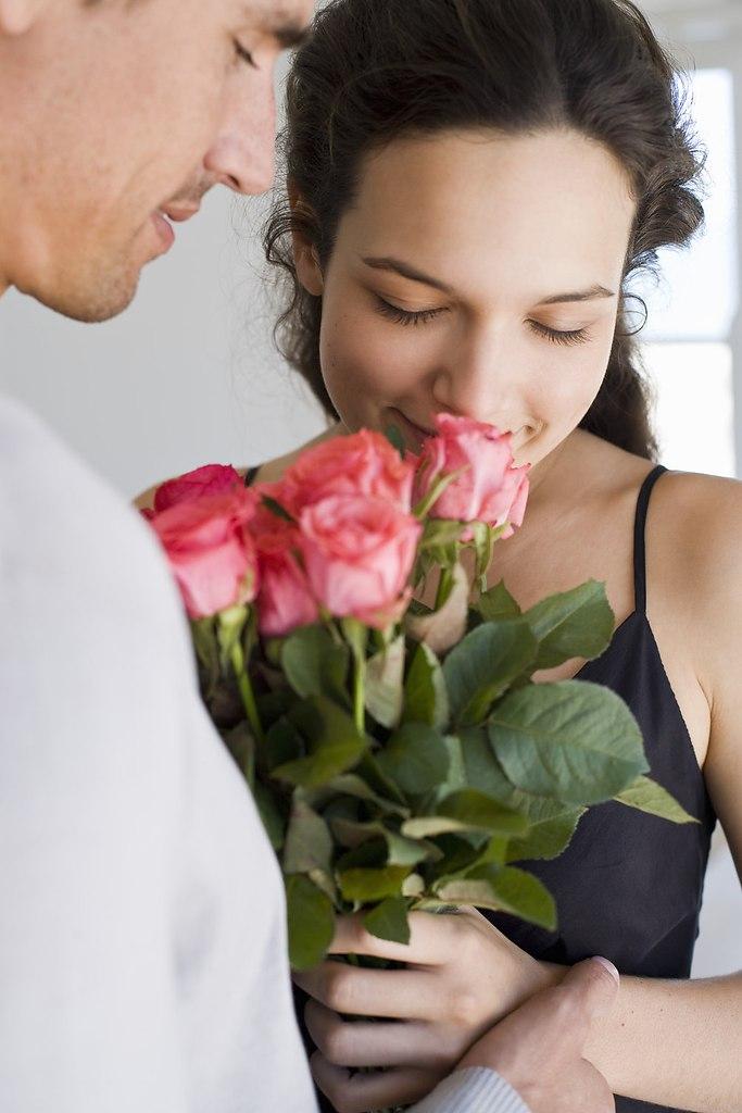 К чему снятся красные розы и как растолковывать подобное сновидение – стоит разобраться.